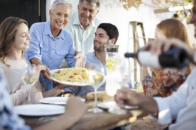 Счастливая семья, вместе обедали за пределами — стоковое фото