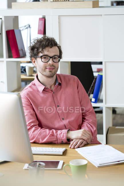 Впевнено людини, що сидить на столі — стокове фото