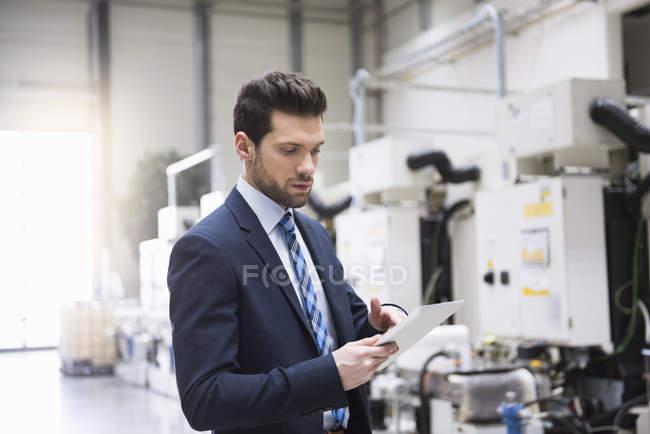 Бизнесмен с помощью планшета — стоковое фото