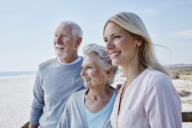 Старшая пара со взрослой дочерью — стоковое фото