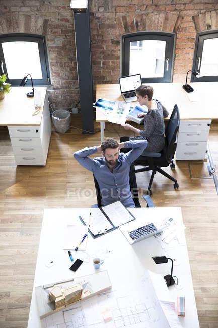 Colegas que trabajan en la oficina - foto de stock