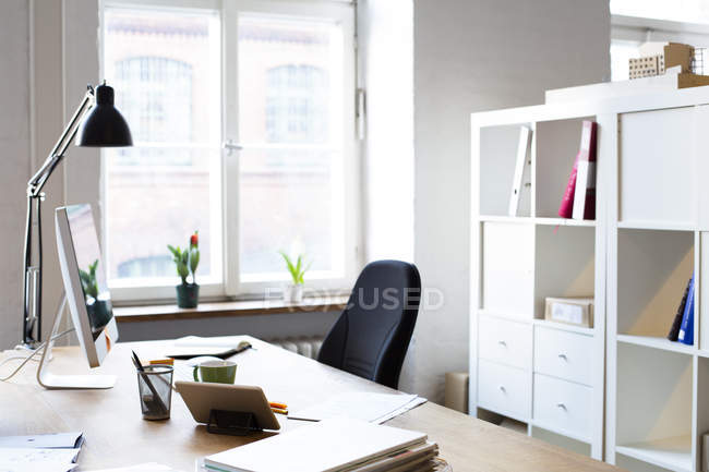 Vacíela moderno oficina informal - foto de stock