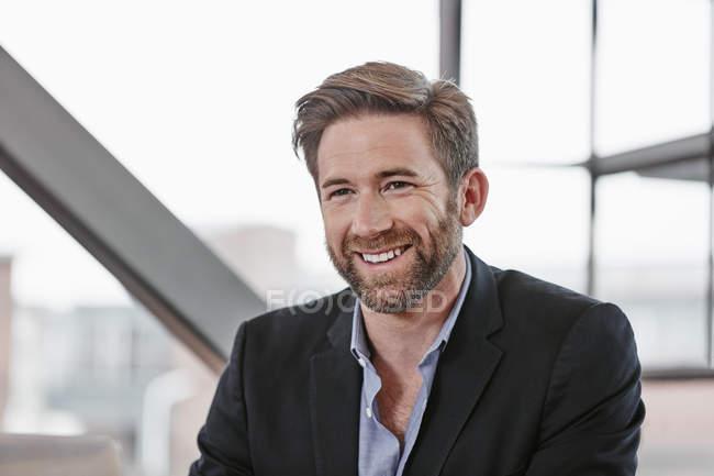 Geschäftsmann, sitzen im büro — Stockfoto