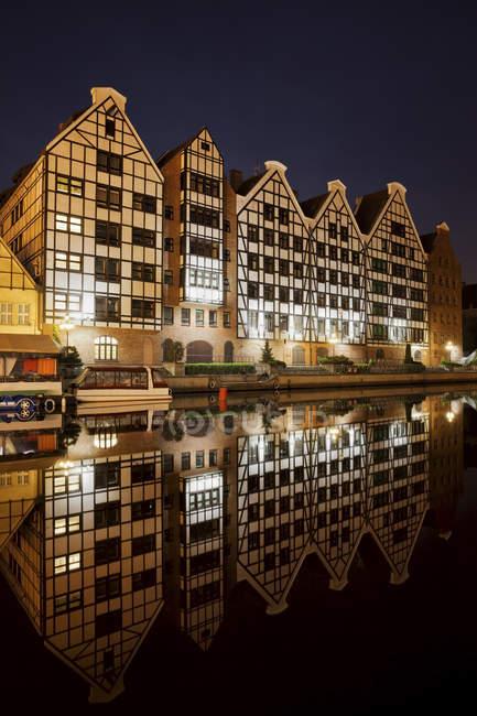 Vieille rivière Motlawa par nuit, Gdansk — Photo de stock
