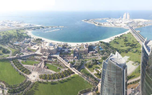 Emiratos Árabes Unidos, Abu Dhabi, Emirates Palace Hotel en el paseo marítimo - foto de stock