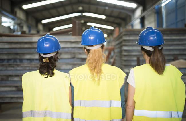 Робітники стояли сталеві ригелі — стокове фото