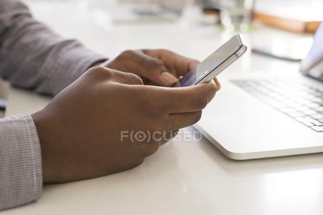 Homme utilisant un smartphone — Photo de stock