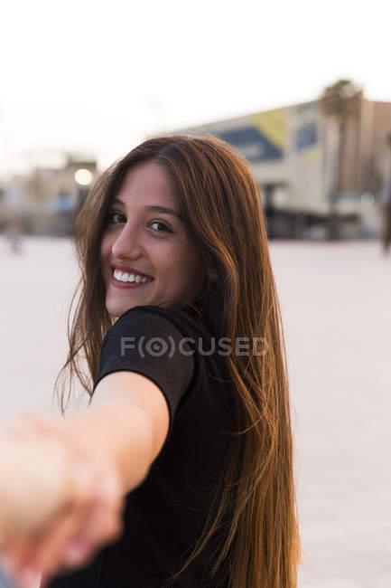 Jovem mulher de mão dada — Fotografia de Stock