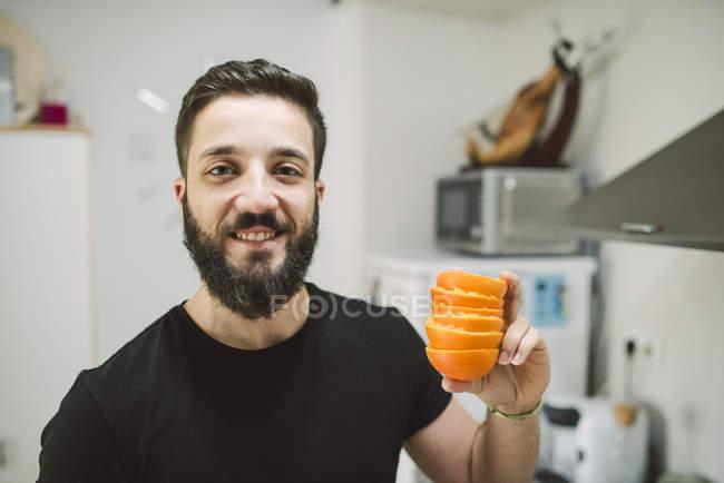 Mann mit Orangenschalen — Stockfoto