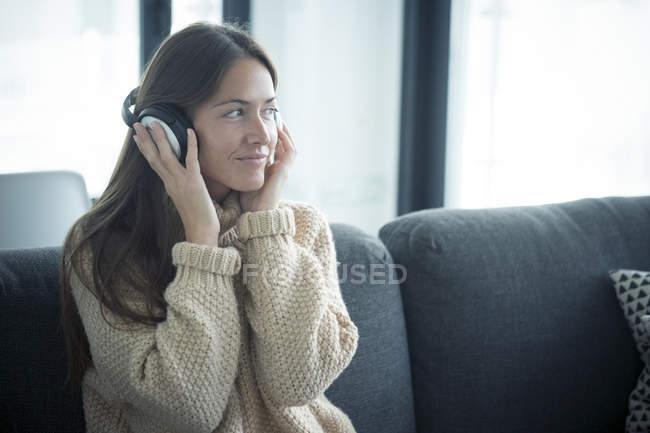 Donna che ascolta musica a casa — Foto stock