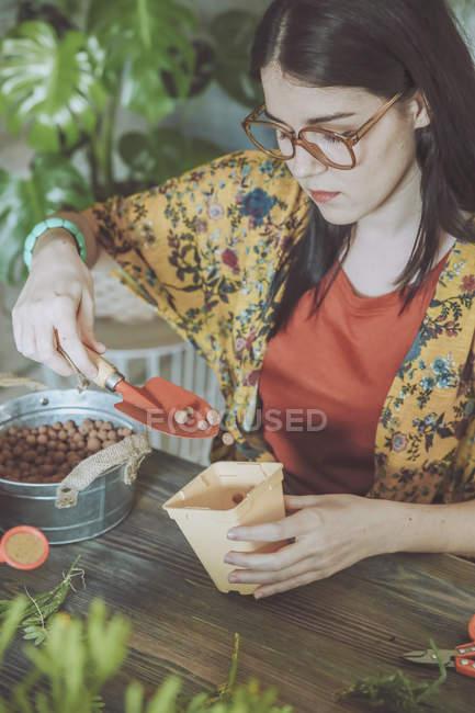 Frau bereitet sich auf das Pflanzen von Kakteen vor — Stockfoto