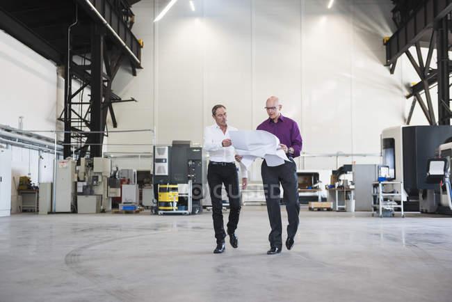 Businessmen discussing plan — Stock Photo