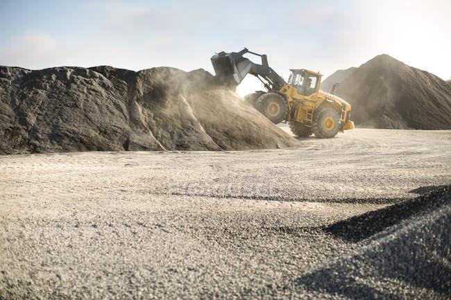 Excavatrice travaillant à la carrière — Photo de stock