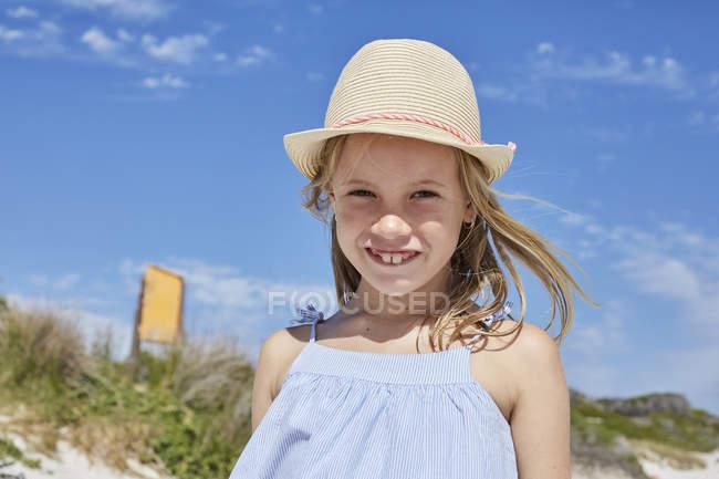 Niña de pie en la playa - foto de stock