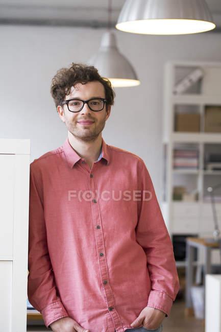 Mann im Amt — Stockfoto