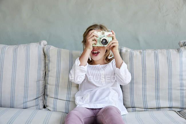 Menina tirando foto com câmera — Fotografia de Stock