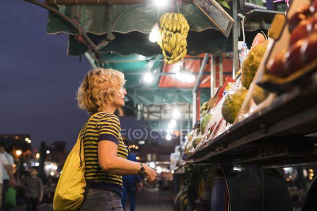 Frau am Marktstand — Stockfoto