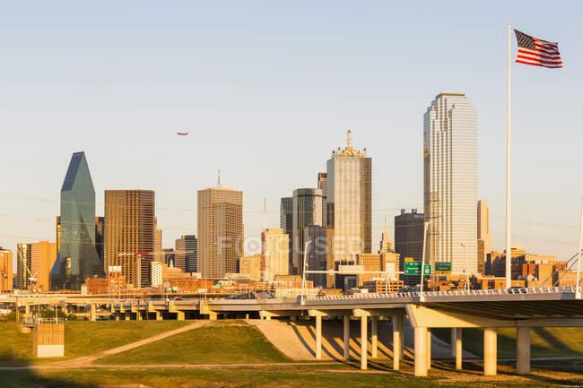 Даллас skyline з американським прапором — стокове фото