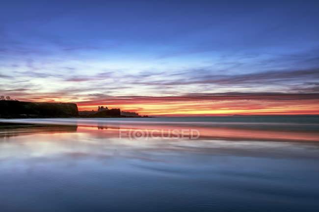 Reino Unido, Escócia, East Lothian, Castelo de Tantallon ao pôr do sol da praia de Seacliff — Fotografia de Stock