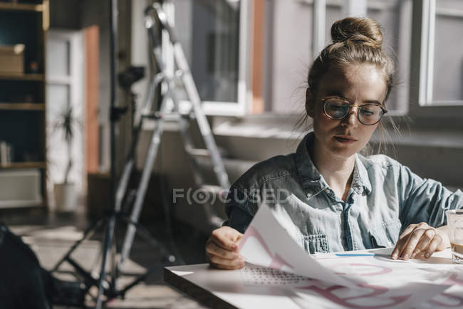 Woman at table working on letter templates — Stock Photo