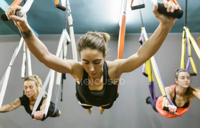 Donne che hanno classe di yoga aereo — Foto stock