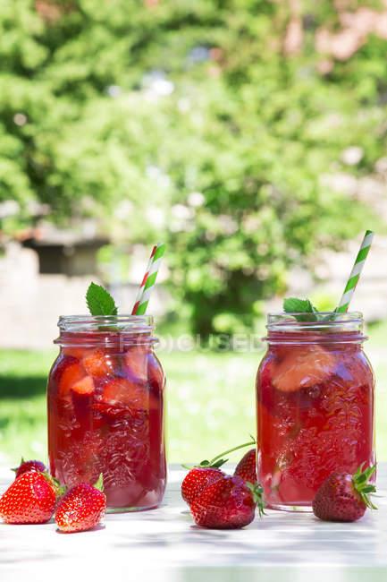 Two glasses of strawberry lemonade — Stock Photo