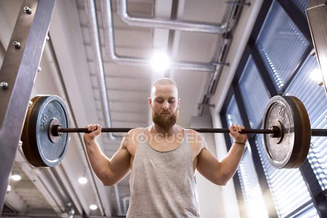 Homme exerçant haltérophilie — Photo de stock