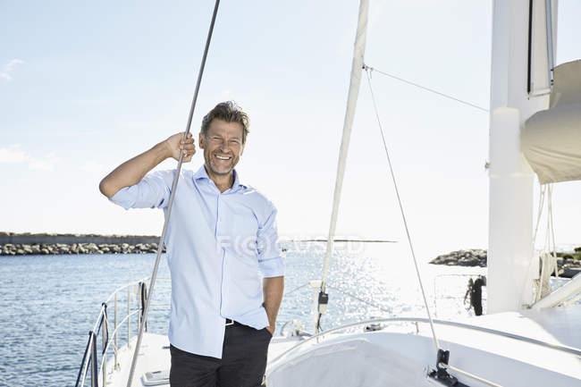 Homem rindo de pé no barco à vela — Fotografia de Stock