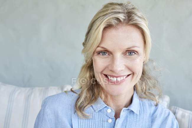 Woman looking at camera — Stock Photo