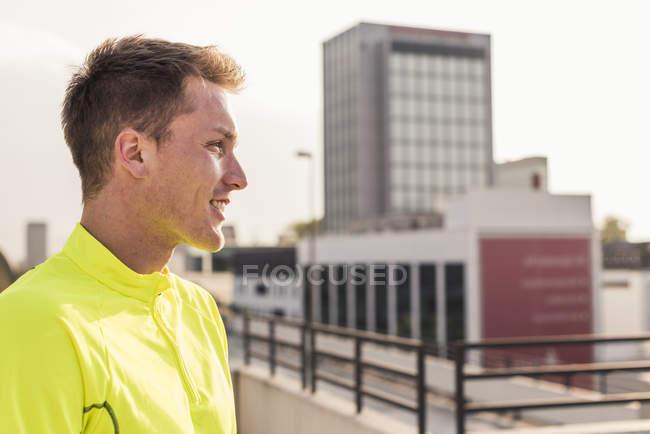 Спортсмен, стоя на парковки уровень — стоковое фото