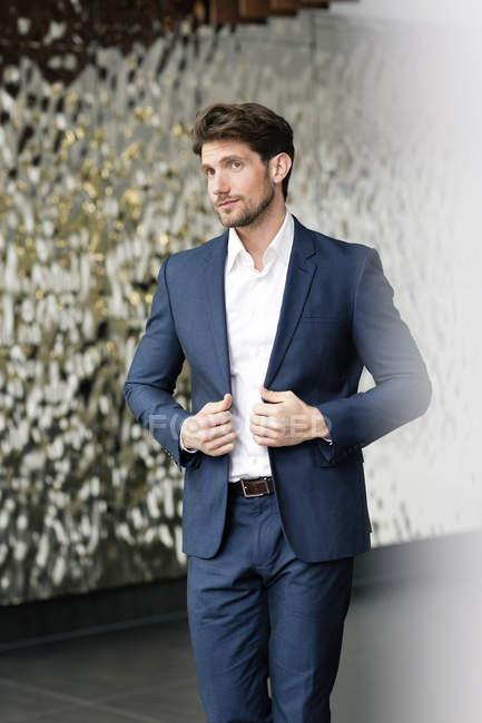 Портрет успішний бізнесмен у фойє — стокове фото