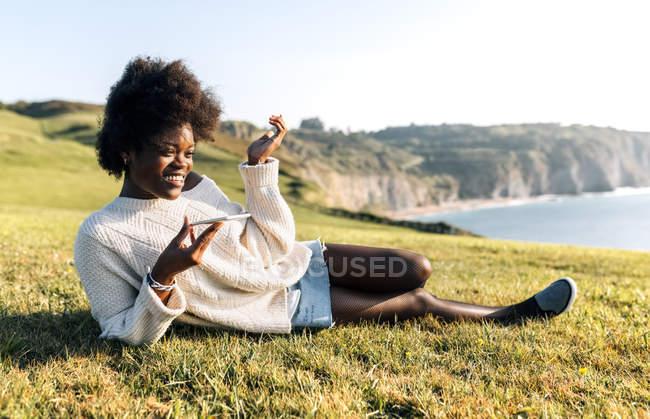 Giovane donna che trasmette un messaggio vocale — Foto stock
