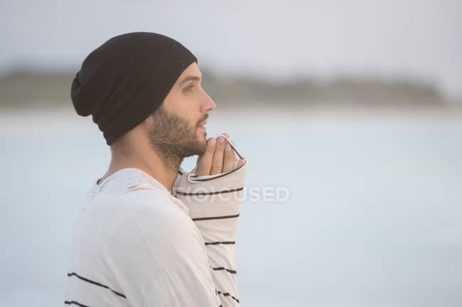 Uomo che sembra pensieroso — Foto stock
