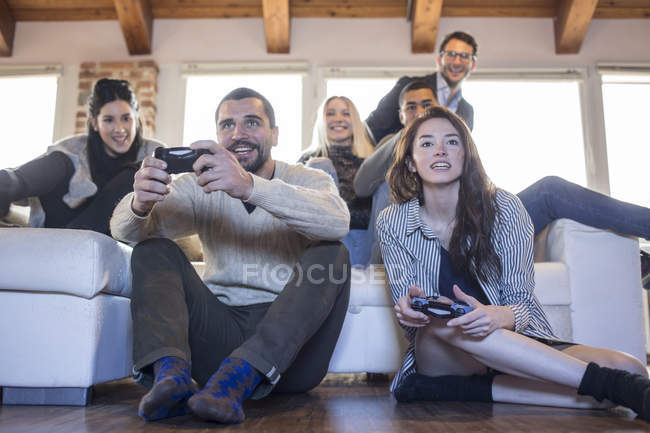 Friends playing computer game — Stock Photo