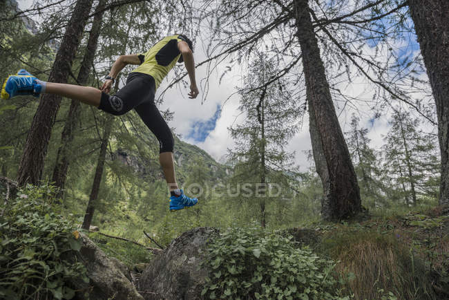 Trail runner on the move — Stock Photo