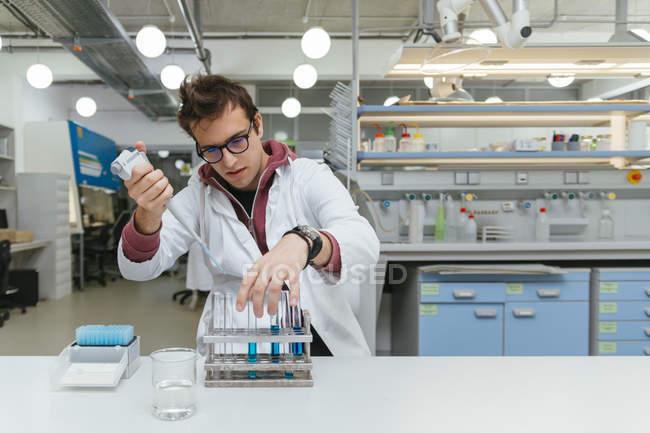 Technicien prélevant des échantillons en laboratoire — Photo de stock