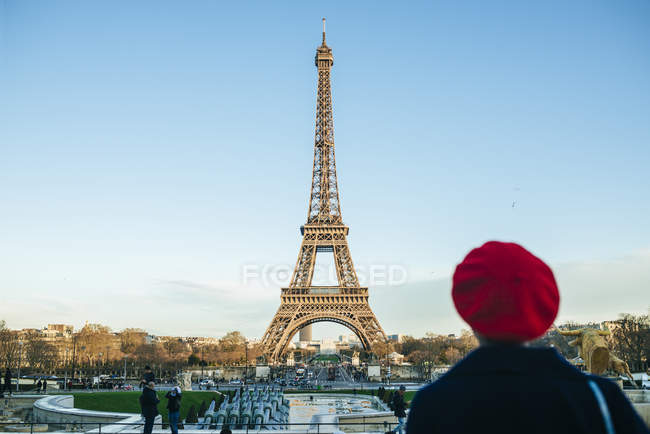 Woman looking at Eiffel Tower — Stock Photo