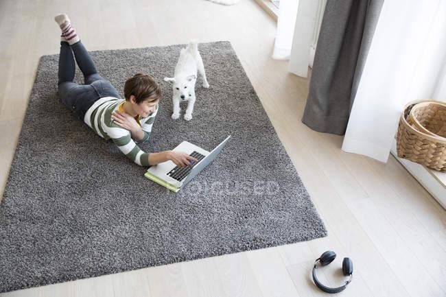 Frau Stock mit laptop — Stockfoto