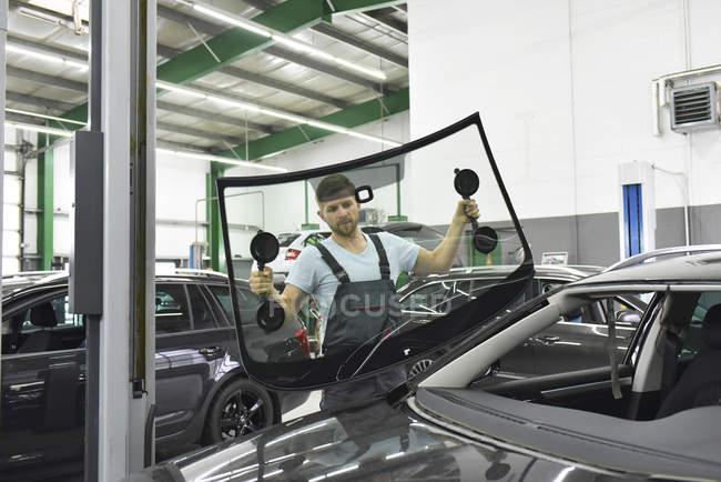 Механік мінливі вікна автомобіля — стокове фото