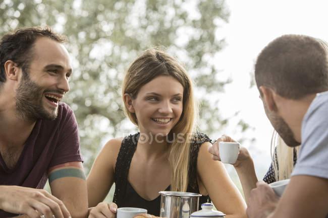 Quatro amigos na mesa de café da manhã — Fotografia de Stock