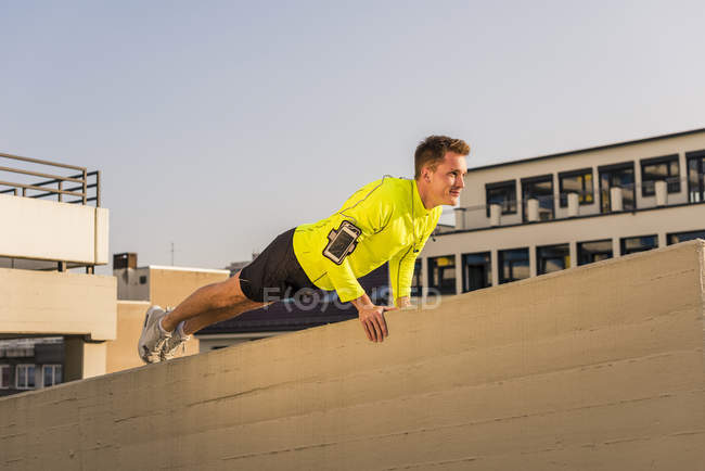Атлетические упражнения толчок Ups — стоковое фото