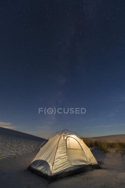 Zelt auf Düne in der Nacht — Stockfoto
