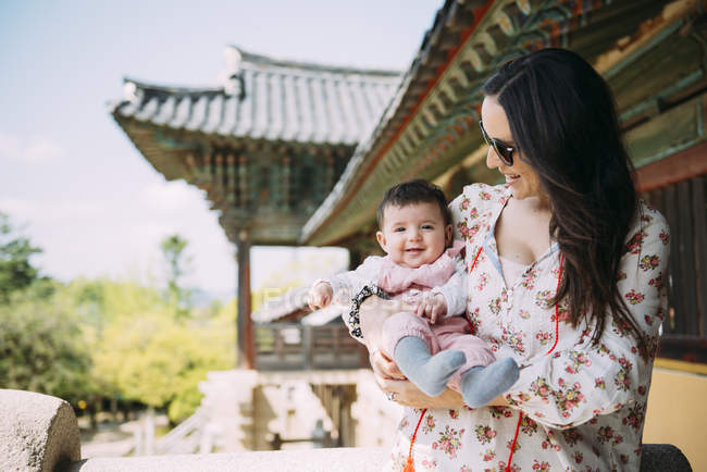 Woman traveling with baby girl — Stock Photo