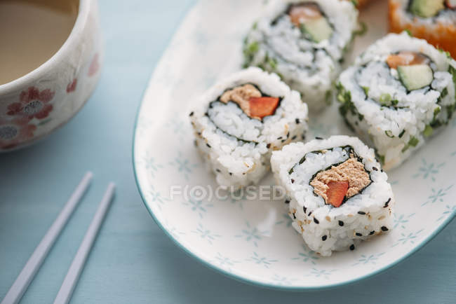 Sushi Rollen auf Platte — Stockfoto