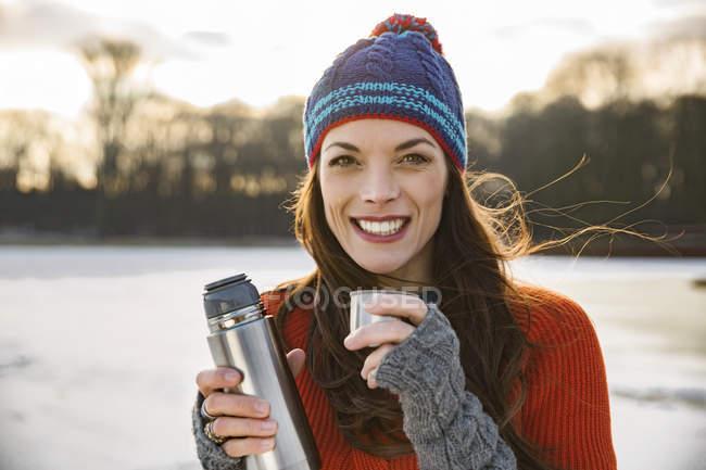 Bere bevande calde donna — Foto stock