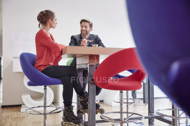 Man and woman having lunch break in office — Stock Photo