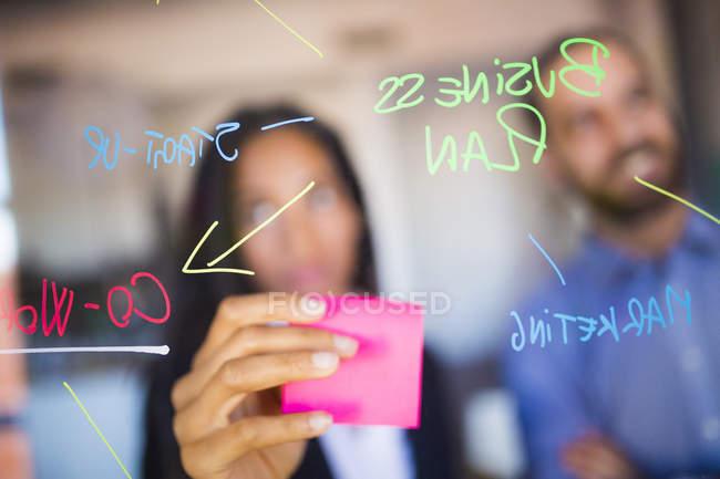 Empresário e mulher de negócios brainstorming — Fotografia de Stock