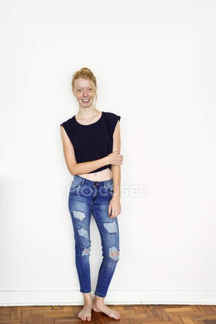 Femme de gingembre debout — Photo de stock