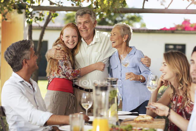 Пожилые супружеские пары, семьи с обедом — стоковое фото