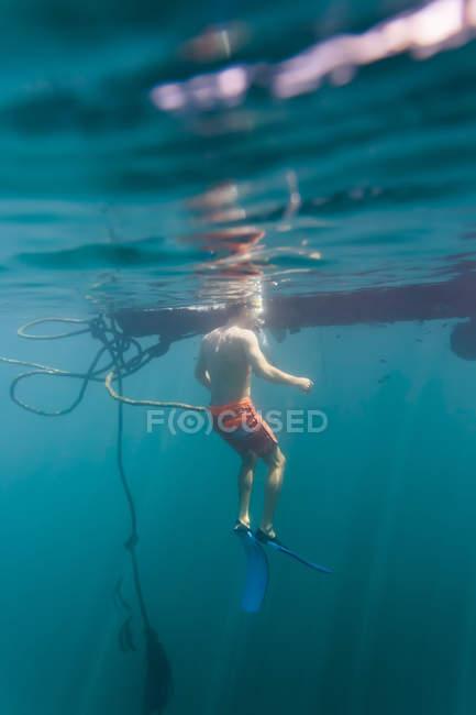 Man swimming underwater in the ocean — Stock Photo